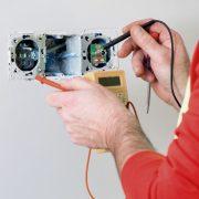 Servicio de reparación o sustitución de enchufes