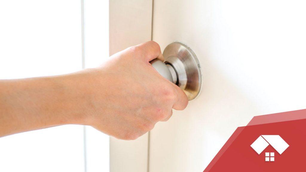 Cómo cambiar el pomo de una puerta