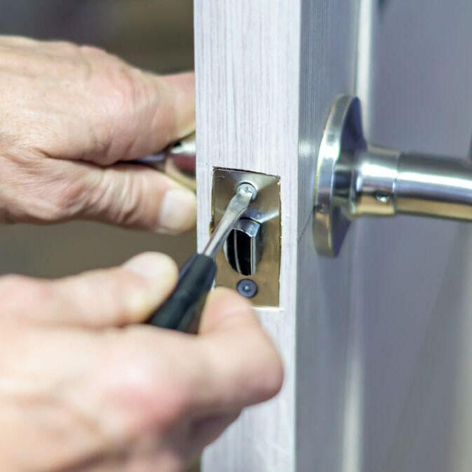 Arreglar el resbalón de una puerta que no encaja