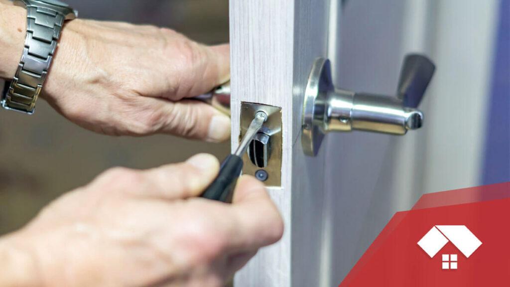 Cómo arreglar el resbalón de una puerta que no encaja