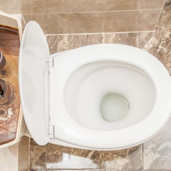 inodoro con pérdida de agua, posibles causas y reparaciones